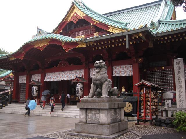 Temple japonais sous la pluie, à Tokyo