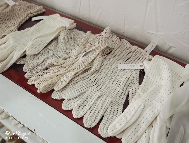 Des gants vintage chez Rétro Addict, boutique de fripes en Alsace