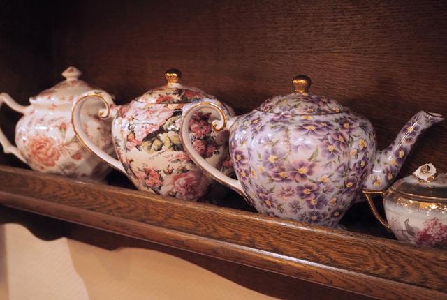 Vaisselle à fleurs et théières anglaises