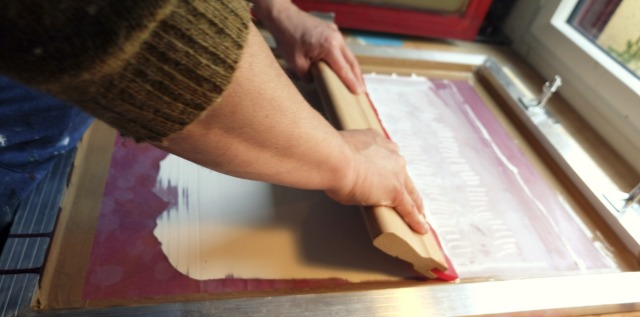 Les étapes de la sérigraphie chez Noé Paper, créateurs de papeterie français
