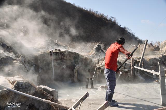 La préparation des oeufs noir à Hakone, qui cuisent dans des bains d'eau boullante soufrée