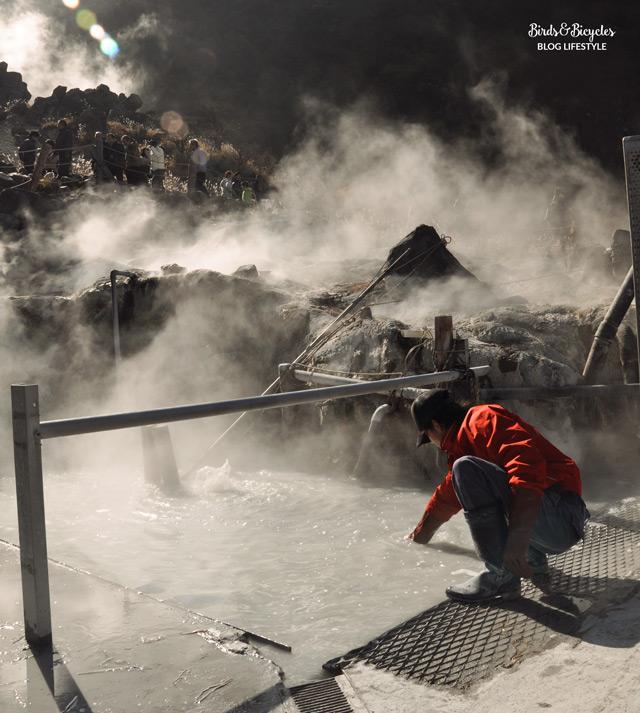La préparation des oeufs noir près d'Hakone dans les montagnes japonaises