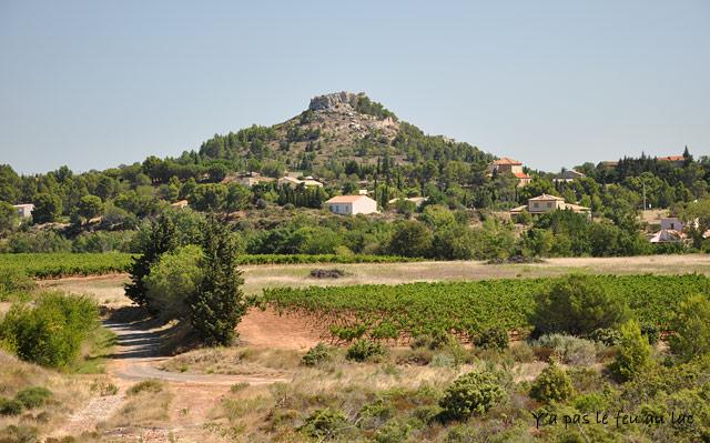 Les ruines sur cette colline derrière Montséret sont invisibles sur les roches
