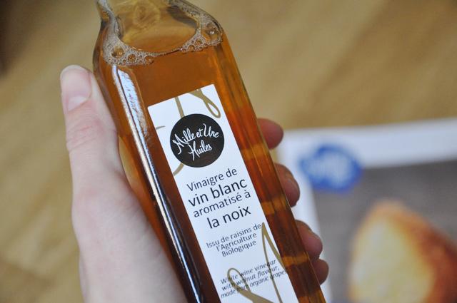 Vinaigre blanc aromatisé à la noix dans la box de produits gourmands