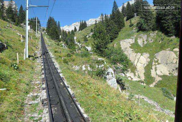 Vue depuis le Pilatus Bahn - le petit train rouge à crémaillère, en Suisse