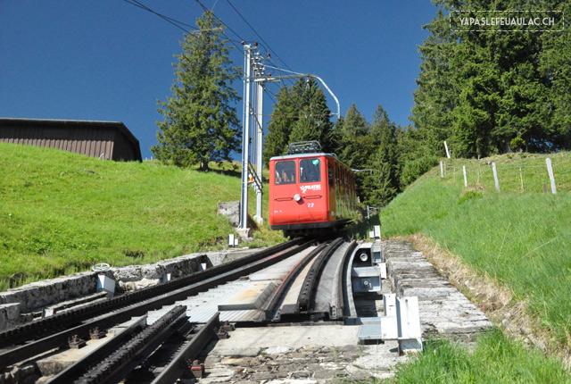 Voyage en Suisse: Le petit train rouge à crémaillère du Pilatus