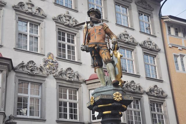Statue sur une fontaine à Schaffhouse - blog voyage en Suisse