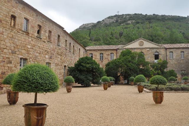 Cour de l'Abbaye de Fontfroide dans l'Aude