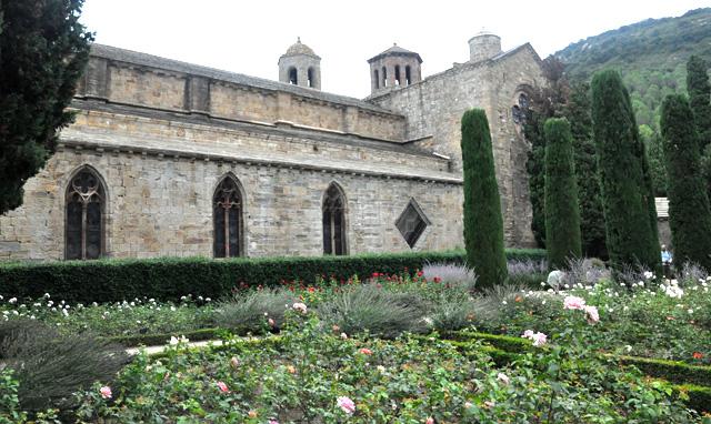 Que voir en Languedoc Roussillon? L'Abbaye de Fontfroide près de Narbonne vaut une visite! Tourisme en Occitanie sur le blog de voyage en France Yapaslefeuaulac