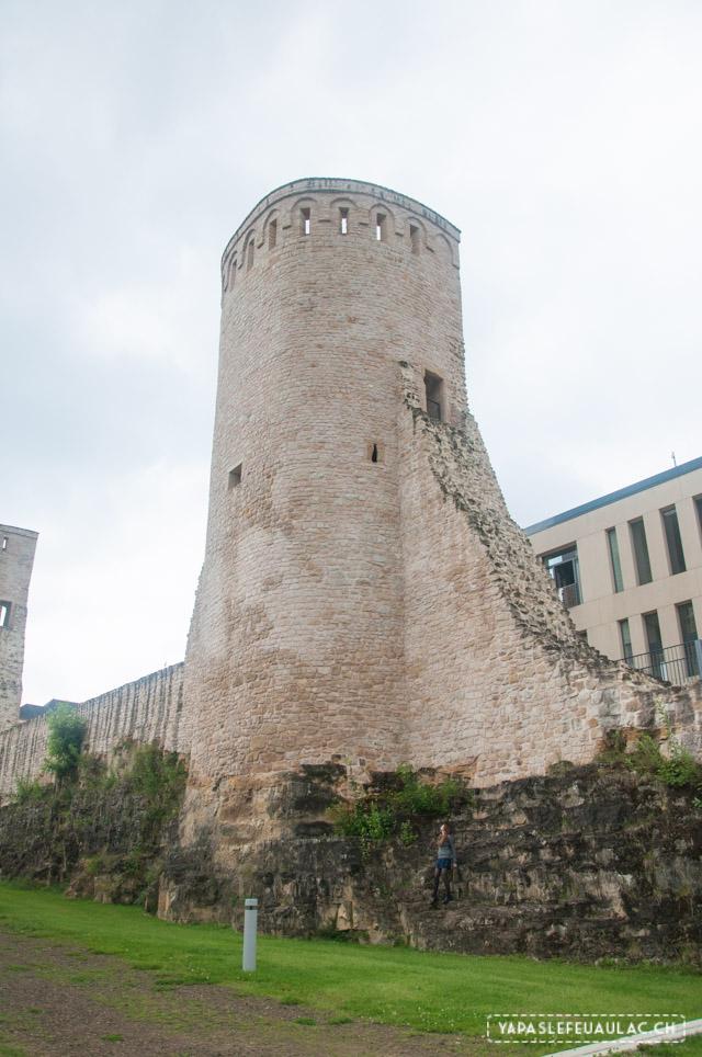 Les murs d'enceinte gigantesques de Luxembourg City
