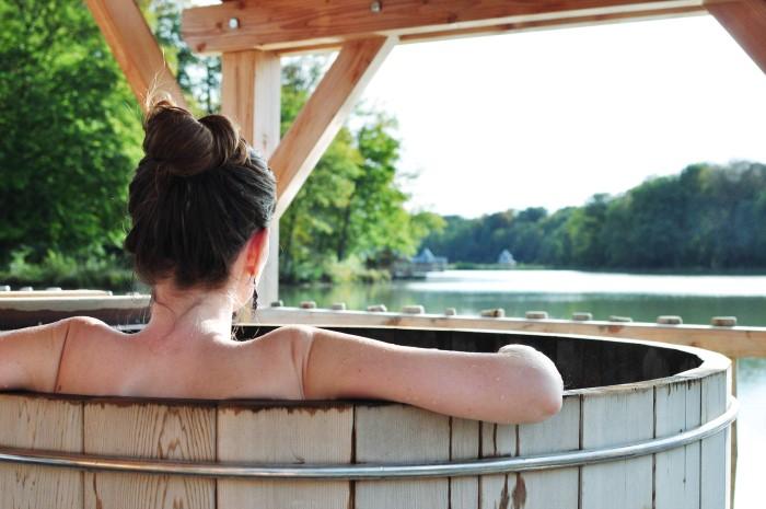Le spa de la Cabane sauvage - Hébergement insolite aux Grands Reflets, Franche Comté