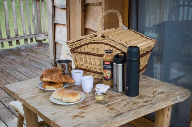 Petit-déjeuner dans un panier - cabane insolite