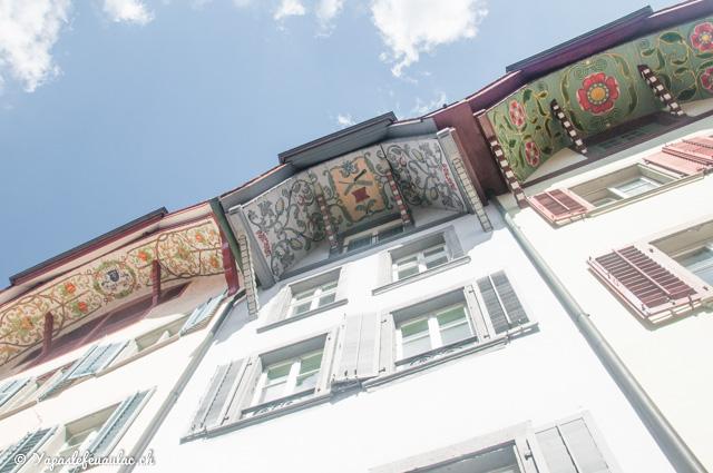 À Aarau, en Suisse: les incroyables avants-toits peints. Une ville suisse allemande à découvrir!