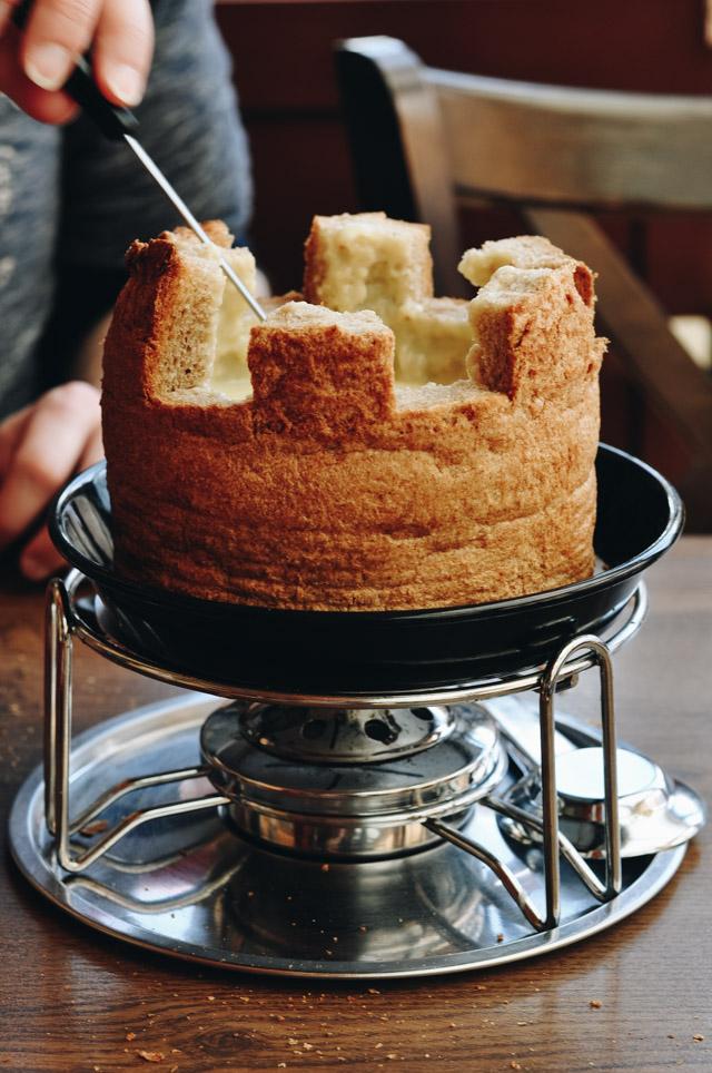 Insolite: Une fondue au fromage dans un pain! Crédit photo blog Yapaslefeuaulac