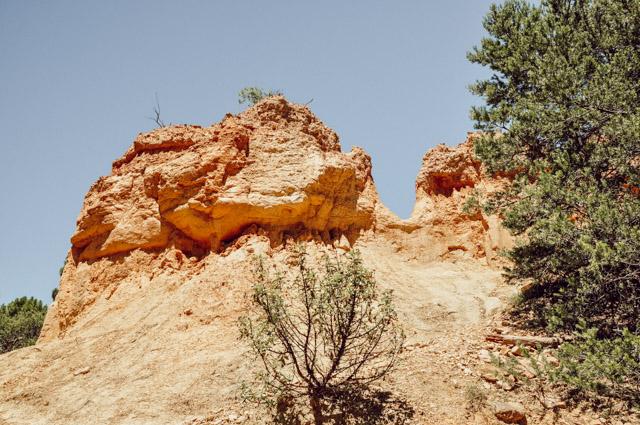 La terre est rouge et ocre dans certains lieux de Provence, comme ici à Rustrel! À visiter! Photos et infos sur le blog