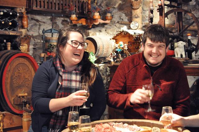 Découvrir le patois d'Evolène avec Edith et Patrick - podcast audio sur le blog Yapaslefeuaulac.ch. Avec deux jeunes patoisants et une linguiste spécialisée. Entretiens réalisés à Evolène en 2017, et en partie dans un carnotzet autour d'un verre de blanc!