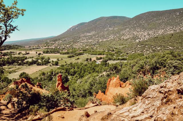 Que voir en Provence? Le paysage ocre et rouge du Colorado provençal. Escapade à Rustrel. Photo: Yapaslefeuaulac.ch