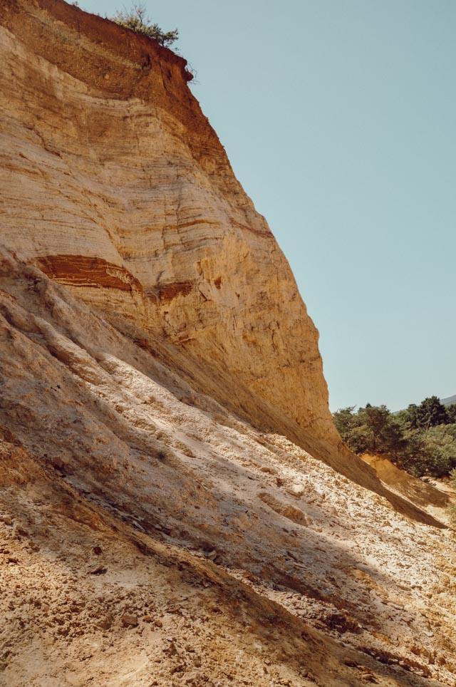 La terre est rouge et ocre dans certains lieux de Provence, comme ici à Rustrel!