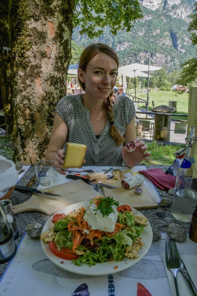 Manger dans un grotto au Val Verzasca