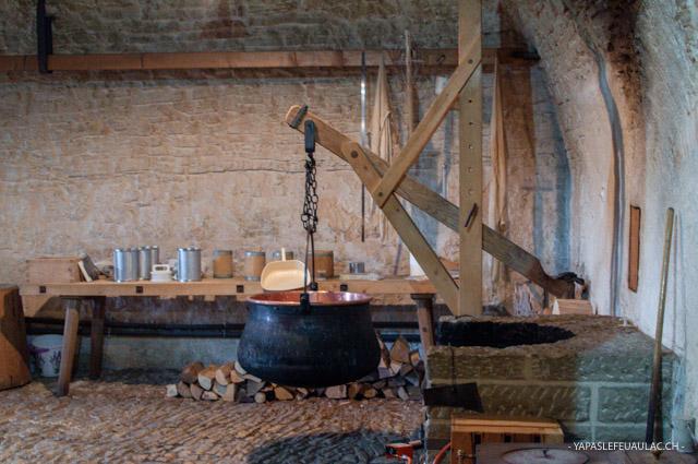 La fromagerie à l'ancienne de la Maison de la Tête de moine, où ont lieu les démonstrations