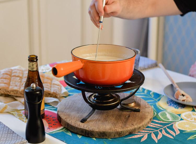 Pimpe ta fondue au fromage avec de la bière! Mmmmh! On a testé c'est bon et léger!