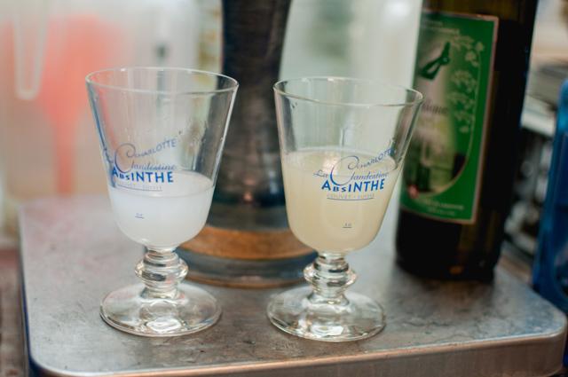 Absinthe blanche et absinthe verte - crédit Yapaslefeuaulac.ch