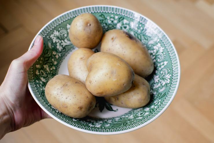 Des pommes de terre prêtes à être dégustées sous du fromage fondu