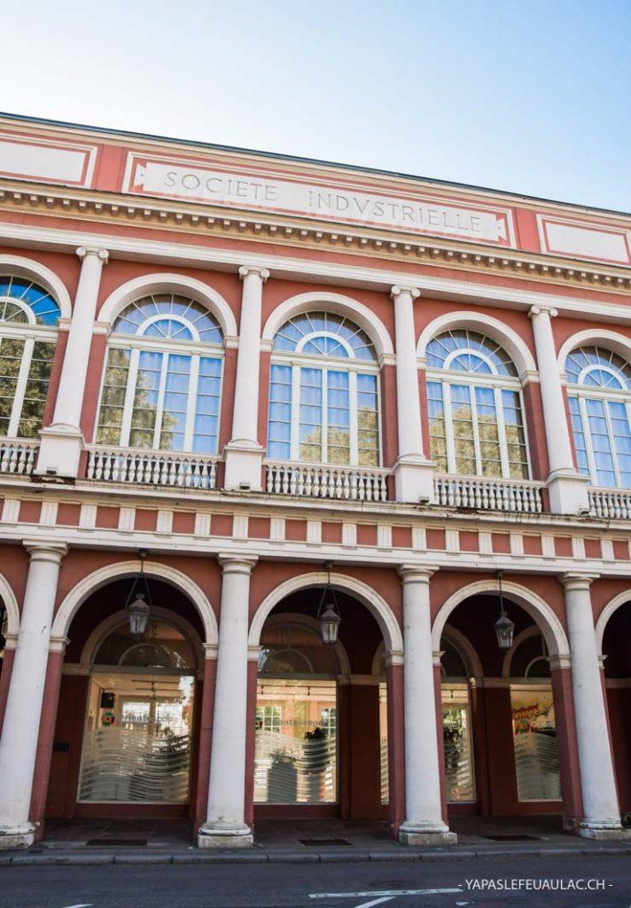 Autour du square de la Bourse - Arcades roses à Mulhouse