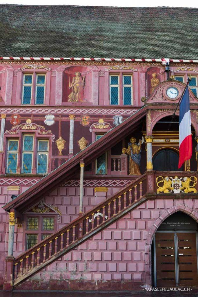L'ancien hôtel de ville de Mulhouse sur la Place de la Réunion avec ses peintures en trompe l'oeil