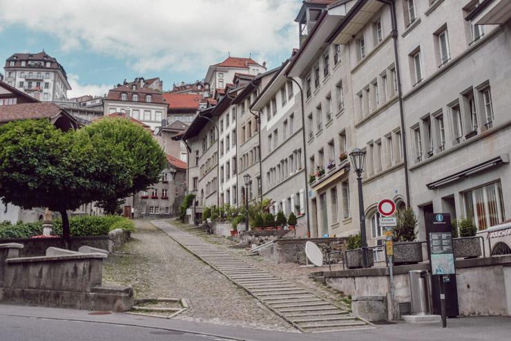 Remonter au centre-ville par les escaliers ou le funiculaire