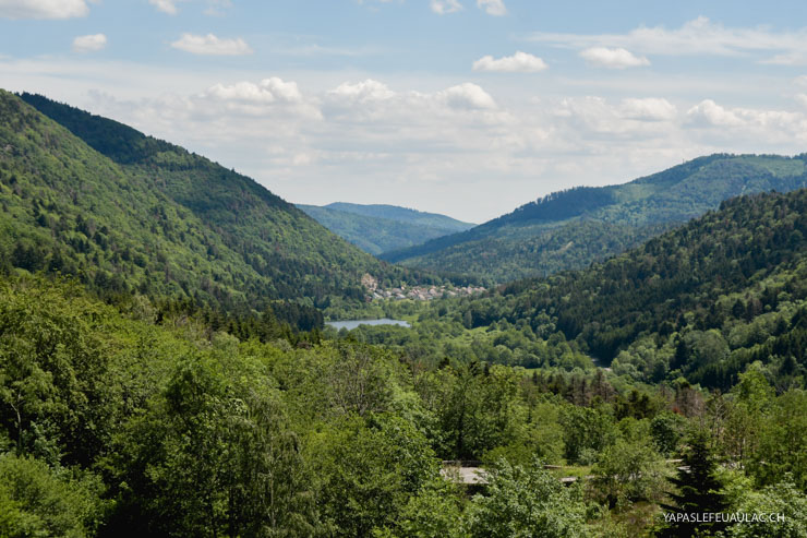 La vue du haut du barrage du lac d'Alfed dans les Vosges