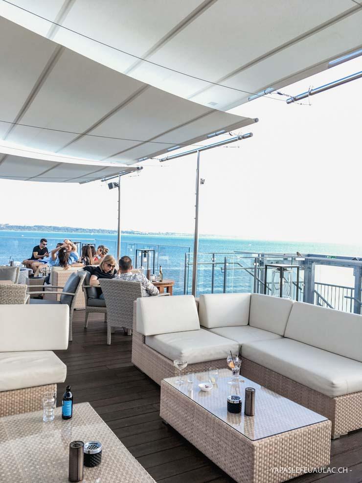 au 7e étage de l'Hôtel Beaulac, au bar lounge Waves, à la vue panoramique fantastique