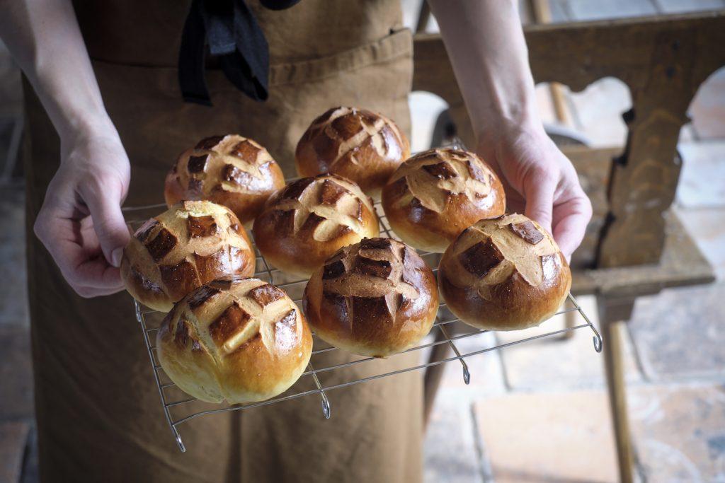 Des mini cuchaules: recettes de pains suisses dans un livre