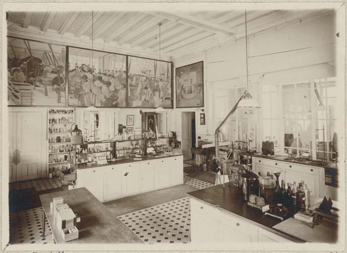 Intérieur du laboratoire Suchard, situé depuis 1917 dans le bâtiment qui abritait la Cuisine populaire de la Cité Suchard.