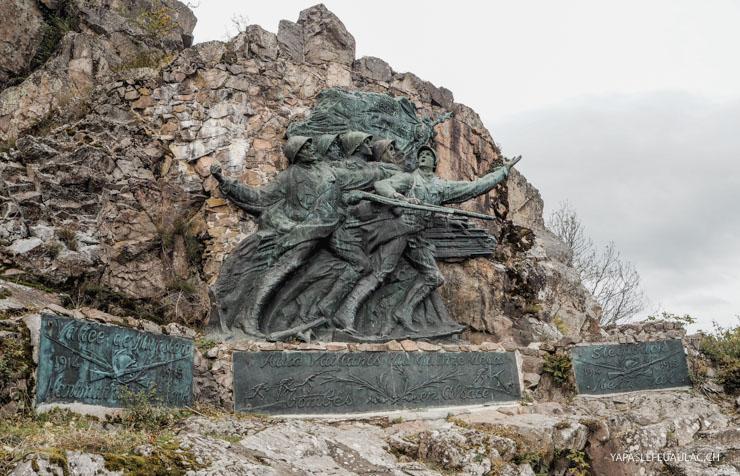 Hartmannswillerkopf: mémorial statue monumentale sur l'éperon rocheux