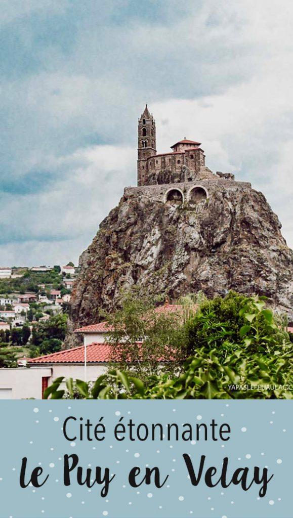 Visiter le Puy en Velay, c'est comme se retrouver projeté dans un roman de fantasy! Imaginez, la ville est dominée par deux éperons rocheux, au sommet desquels sont posés, comme par enchantement, une chapelle et une vierge monumentale. Ces rochers sont  en fait d'anciennes cheminées volcaniques... Eh oui, on est bien en Auvergne, pays des volcans!